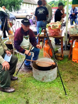 anziano cacciatore che prepara il paprikas 2