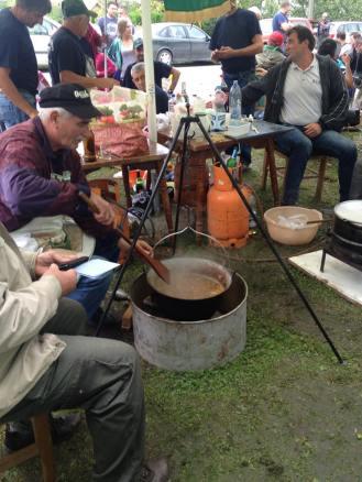 anziano cacciatore che prepara il paprikas